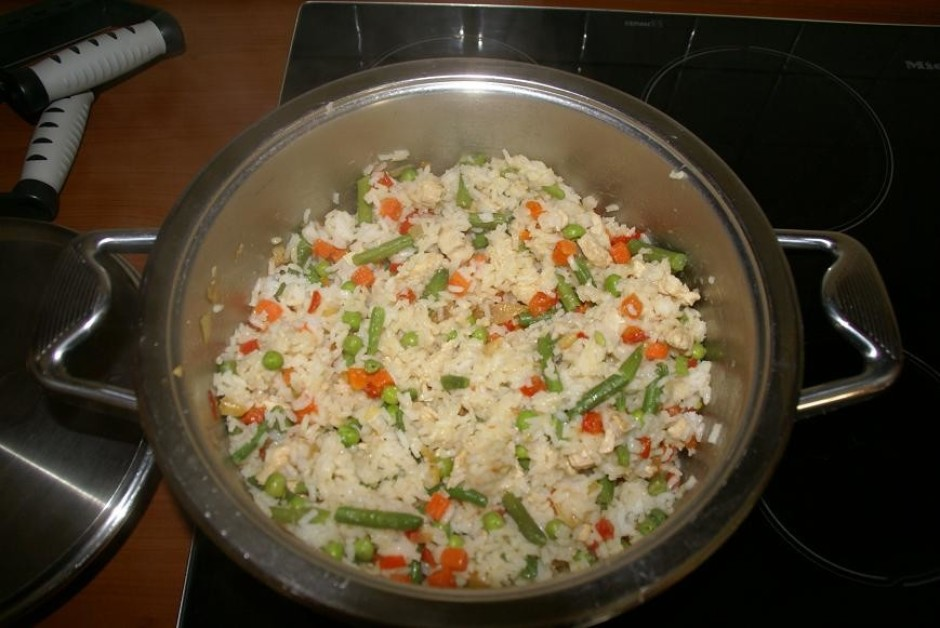 Kad rīsi un dārzeņi ir izvārījušies, tos pievienojam vistai,...