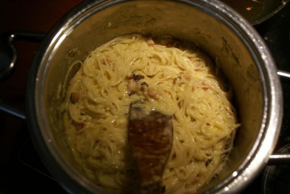 Tam visam pievienojam olu, siera un pipara maisījumu un kārt...