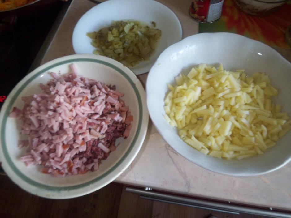 Kartupeļus, gaļas izstrādājumus (arī mazliet pacep) un gurķu...