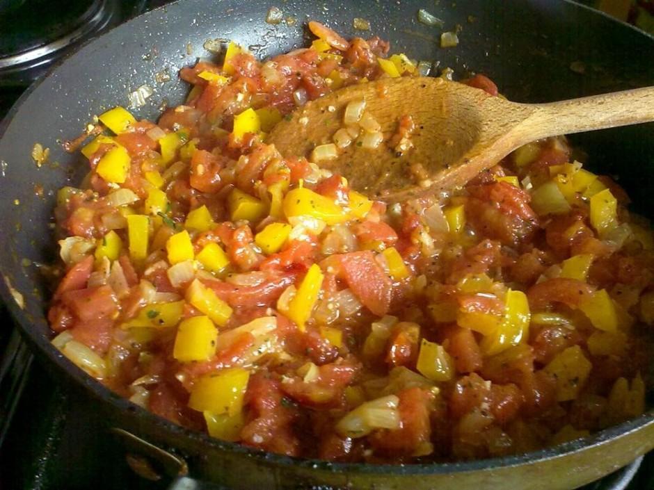 Pievieno sakapātos tomātus bez sulas. Sautē līdz pirmajam bu...