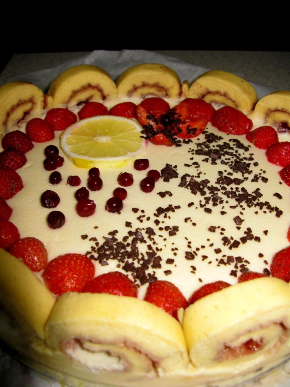 Tāpēc, ka tortes vidū, kurš ir tukšs var likt visu - saldēju...