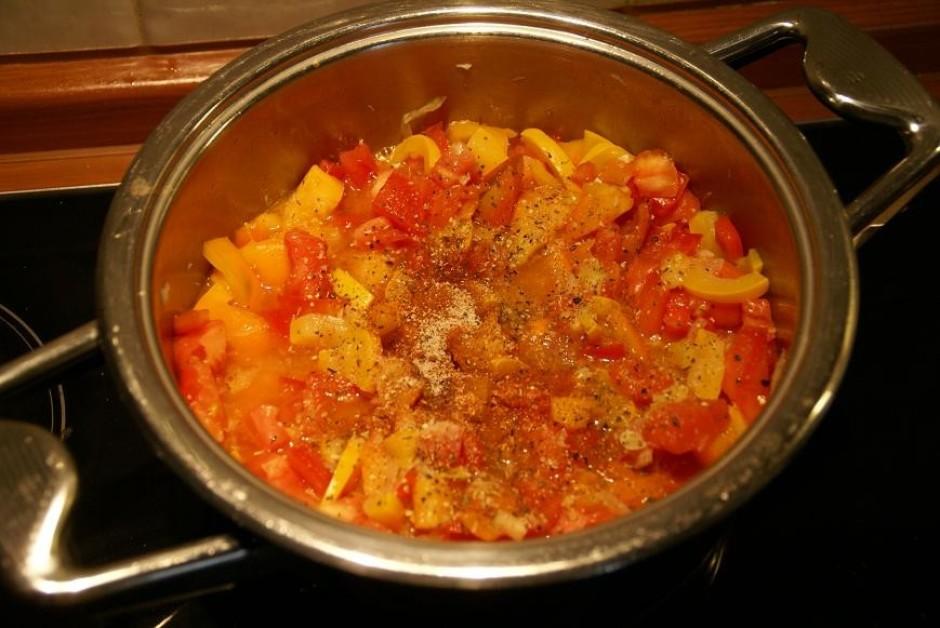 Kad paprika un cukīni ir pasautējušies, pievieno tomātus, sā...