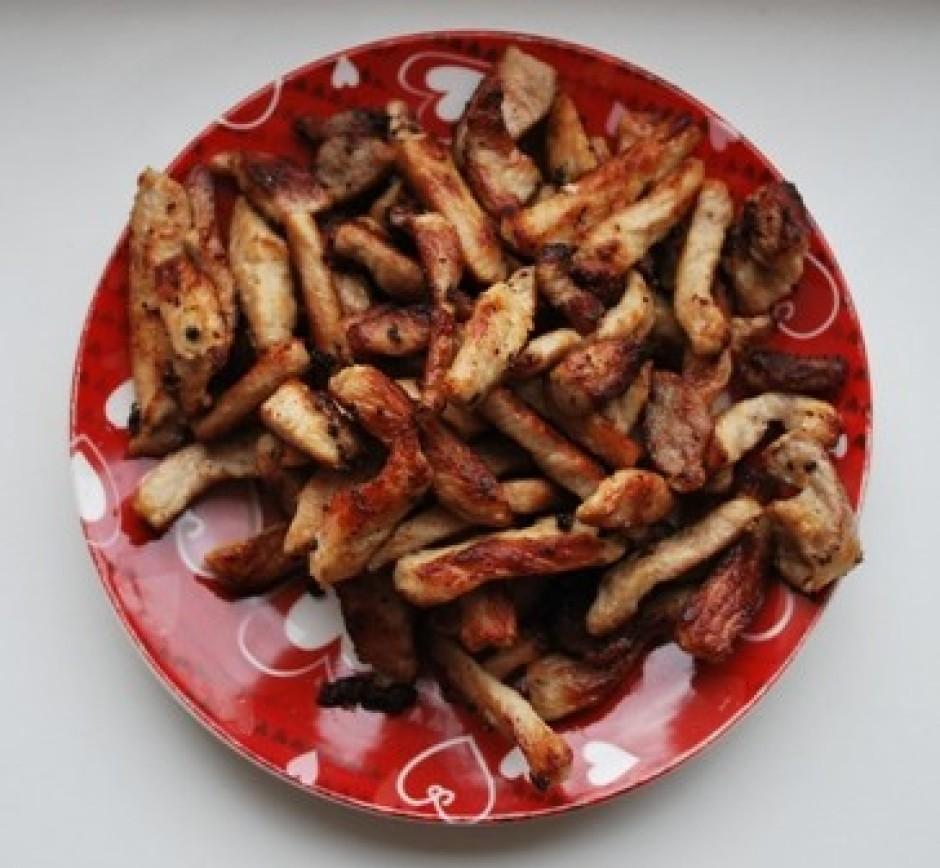 kad gaļa ir apbrūninājusies un gatava, liekam to atsevišķā š...