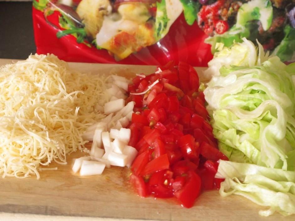 smalki sagriežam tomātus, sīpolus, sagriežam salātu lapas un...