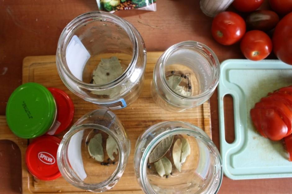 Kamēr marināde gatavojas, var salikt jau burciņās lauru lapa...