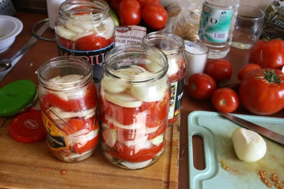 Jāliek kārtām tomāti un sīpoli, pārlieku nevajag stūķēt blīv...
