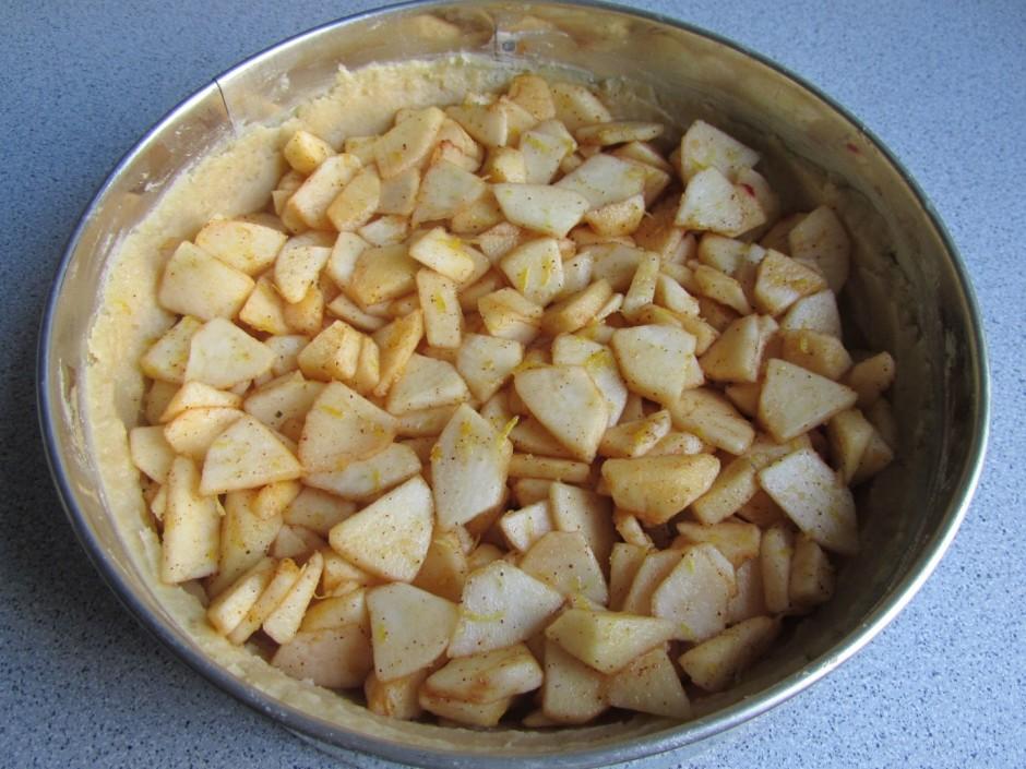 Bumbierus vai ābolus nomizo, izgriež serdi, mīkstumu sagriež...