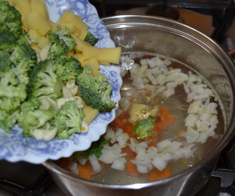 Met ūdenī pie burkāniem kartupeļus, brokoļa galviņas (ne sab...