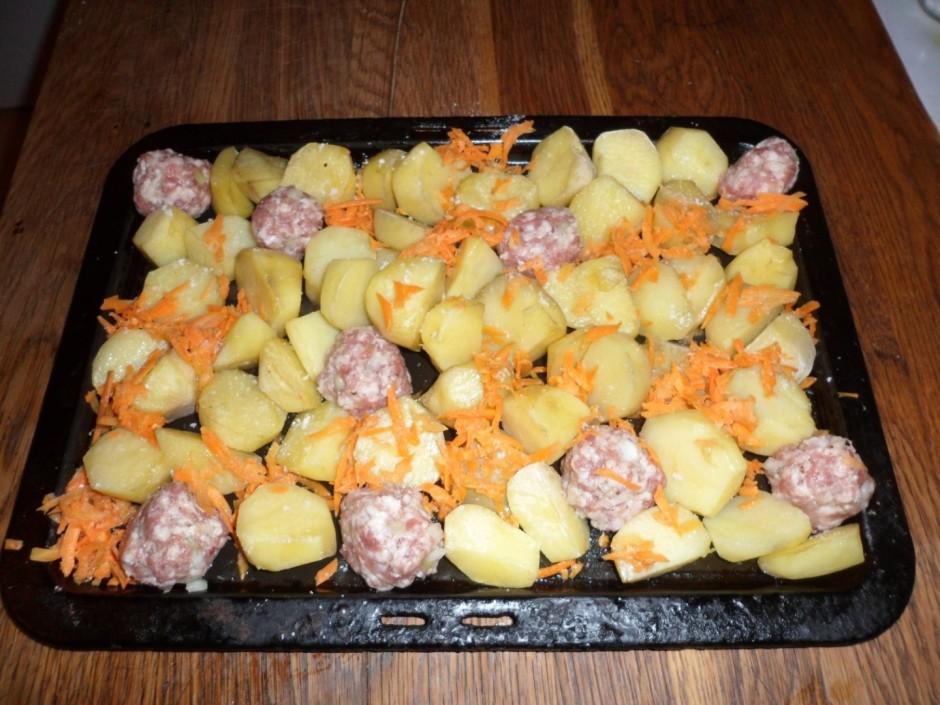 Uzlej drusku eļļu uz cepešpannas, liek virsū kartupeļus un c...