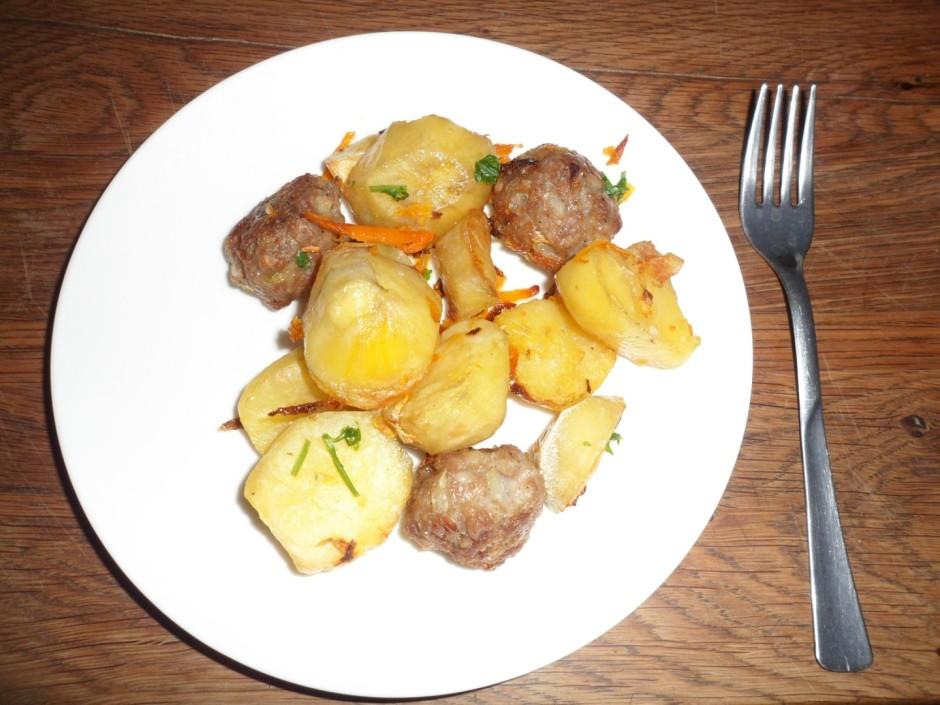 Kad kartupeļi pusgatavi, liek pa vidu gaļas bumbiņas un pārk...