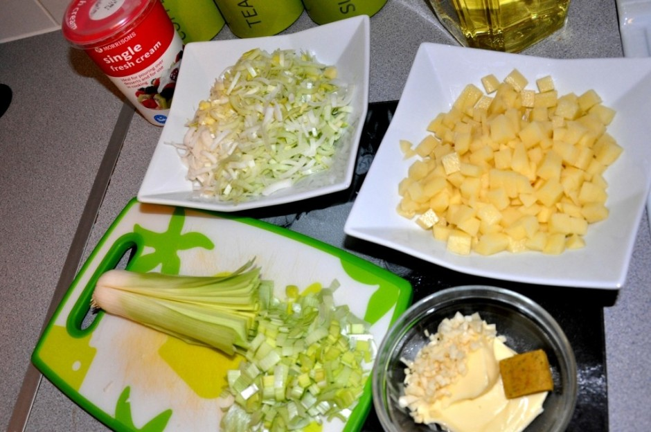 Katliņā liek sviestu un sagriezto puravu, sautē 7-10 minūtes...