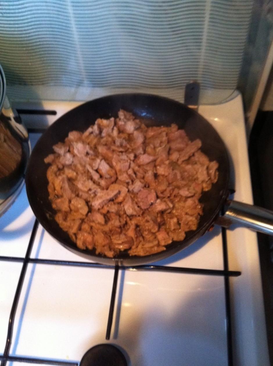 Teļa gaļu sagriež mazos gabaliņos, apcep uz pannas eļļā, pie...