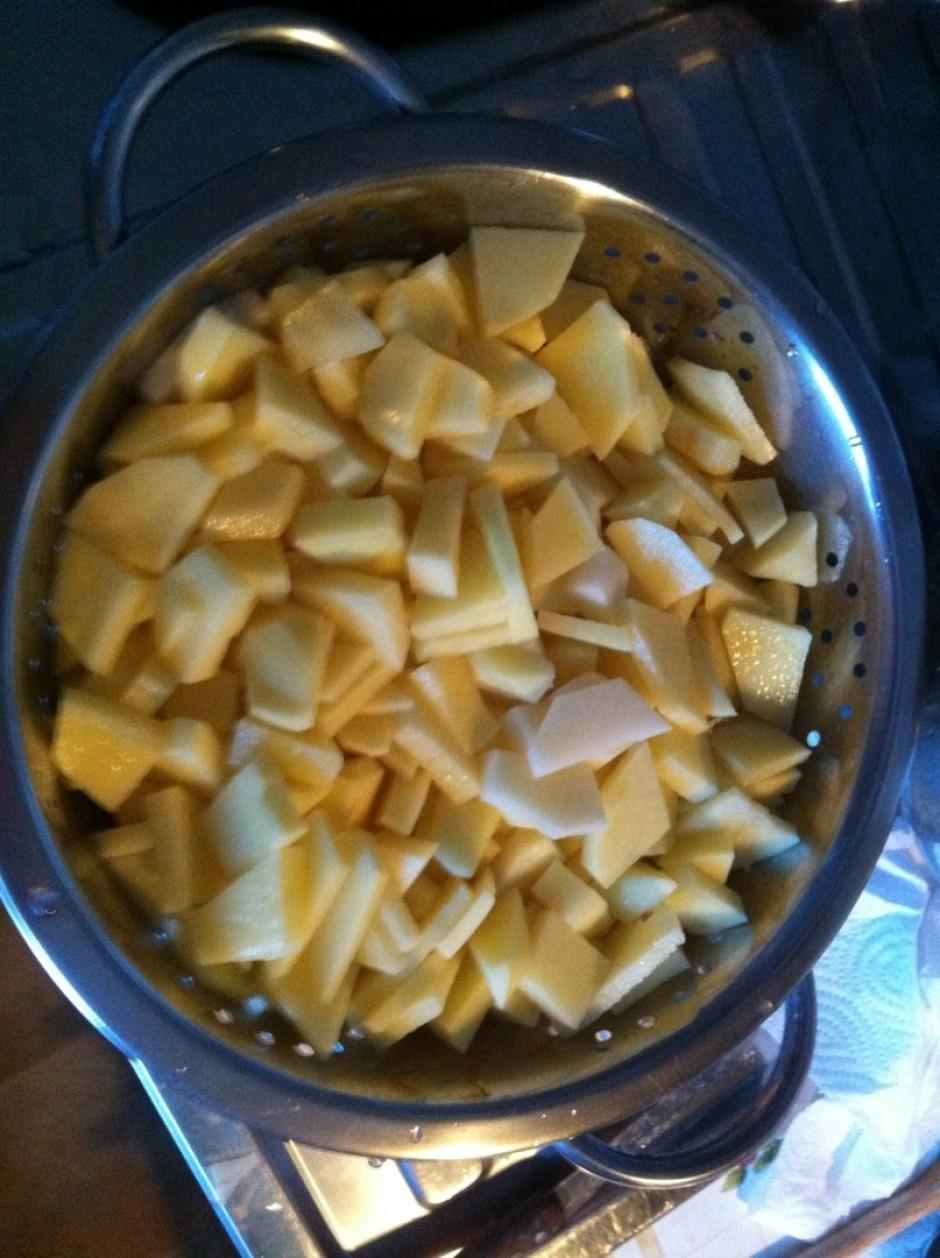 - kartupeļus sagriež smalkās strēmelītēs un caurdurī noskalo...