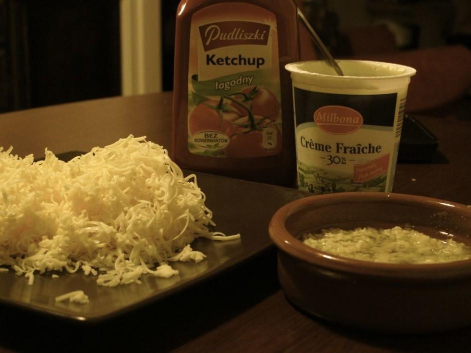 Sarīvē sieru uz smalkas rīves. Galdā liek krējumu vai ketčup...