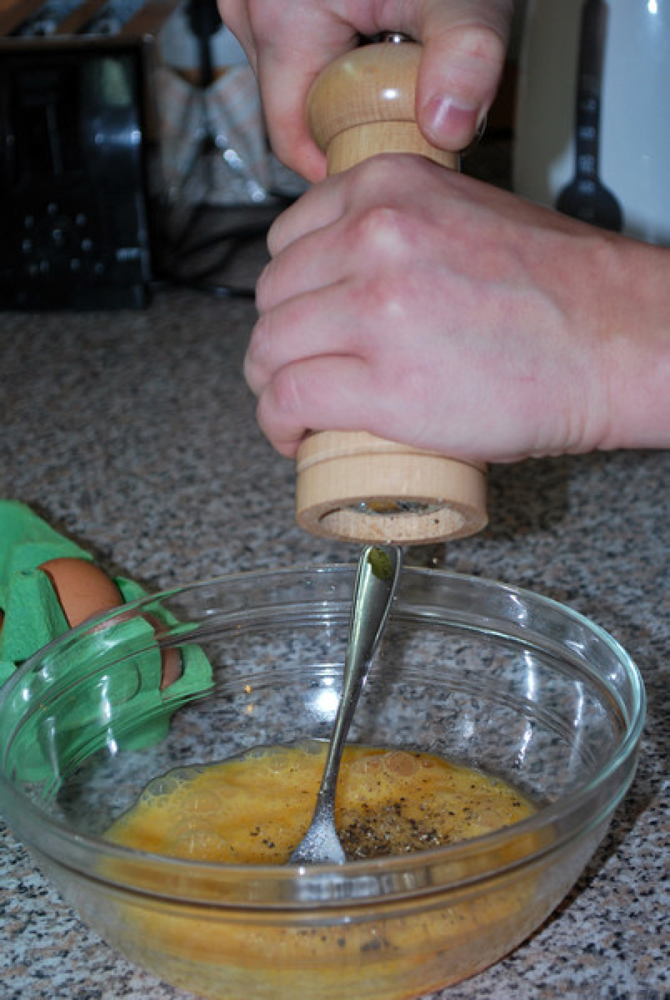 Atsevišķi sakuļ olas, pievieno klāt sāli un piparus.