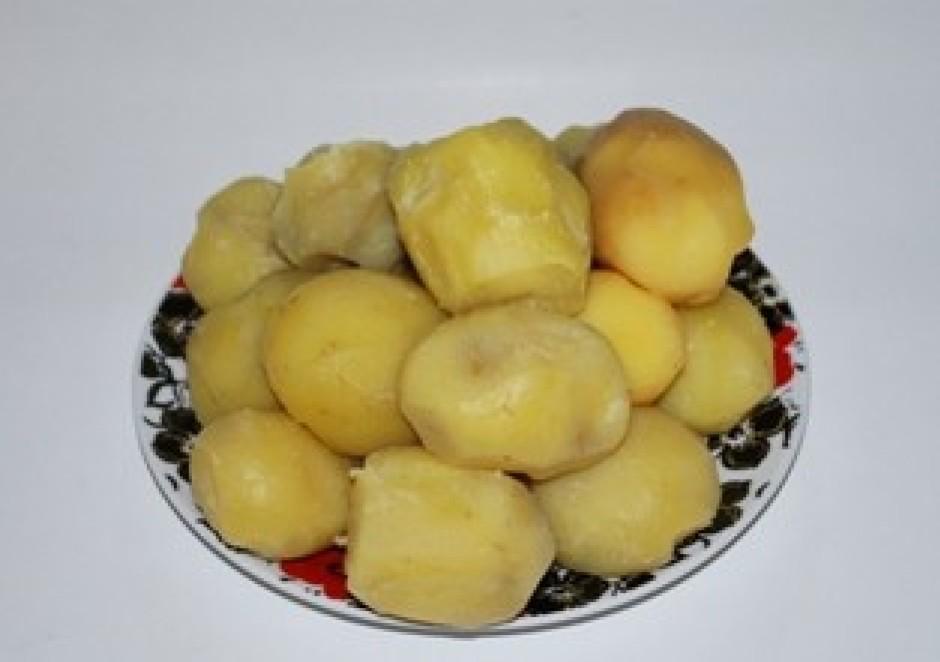 novāram kartupeļus ar mizu un pēc tam tos notīram;
