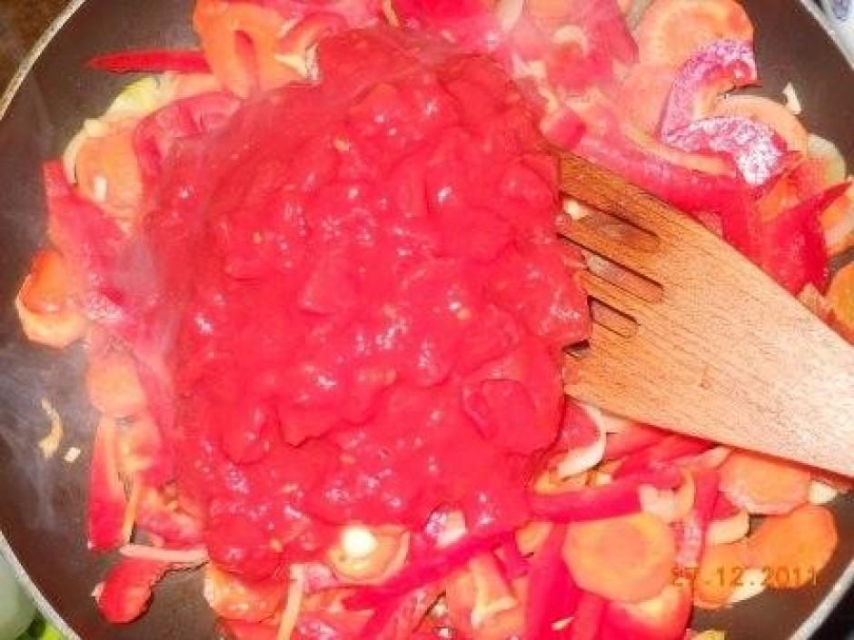 Vistas filejas gabaliņus apviļā kartupeļu cietē un liek cep...