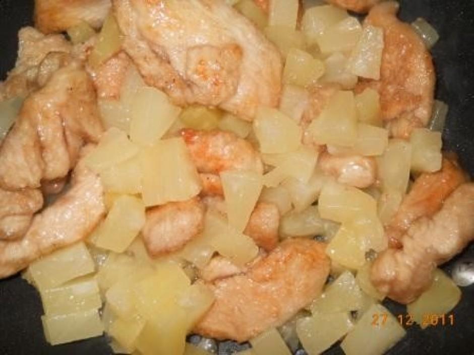 Pievieno konservētos ananāsa gabaliņus un apcep.