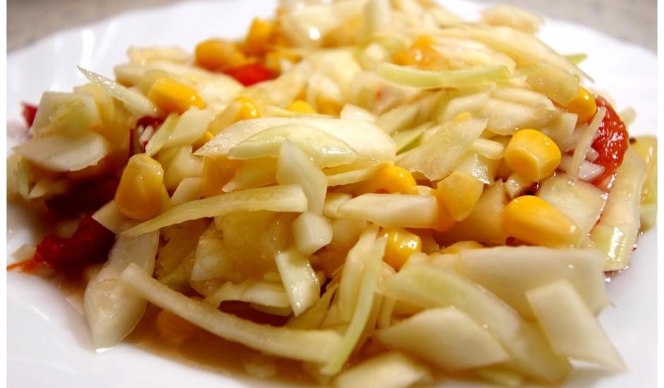 Kāpostu, ananasu salāti pie vistas ēdieniem rudenīgai dienai
