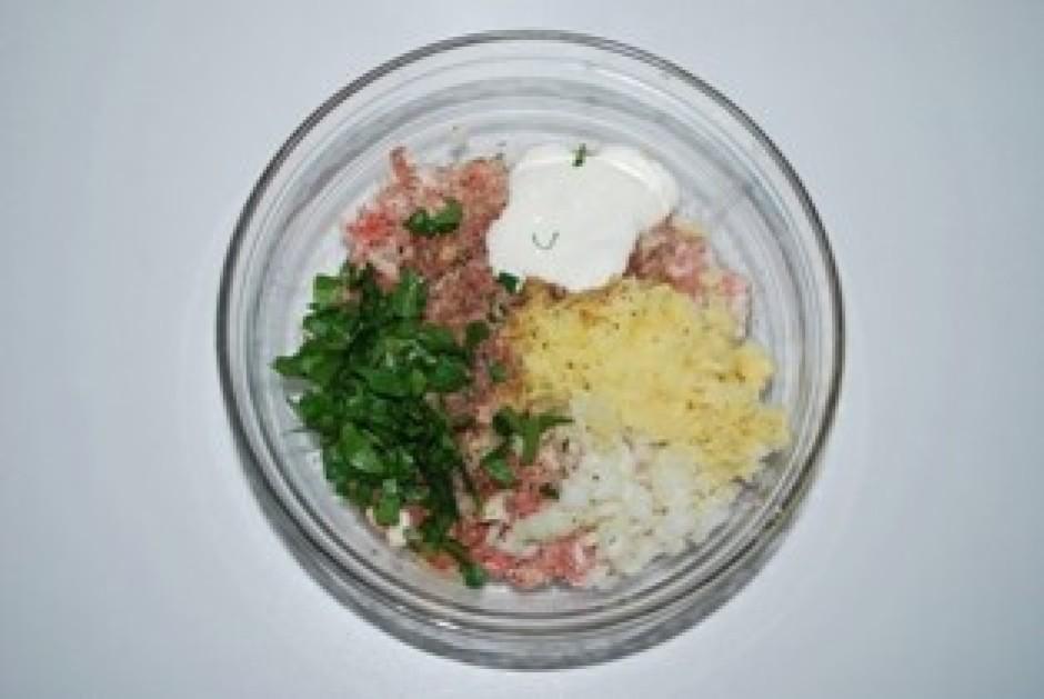 Maltajai gaļai pievieno garšvielas (sāls, pipari, mustkatrie...