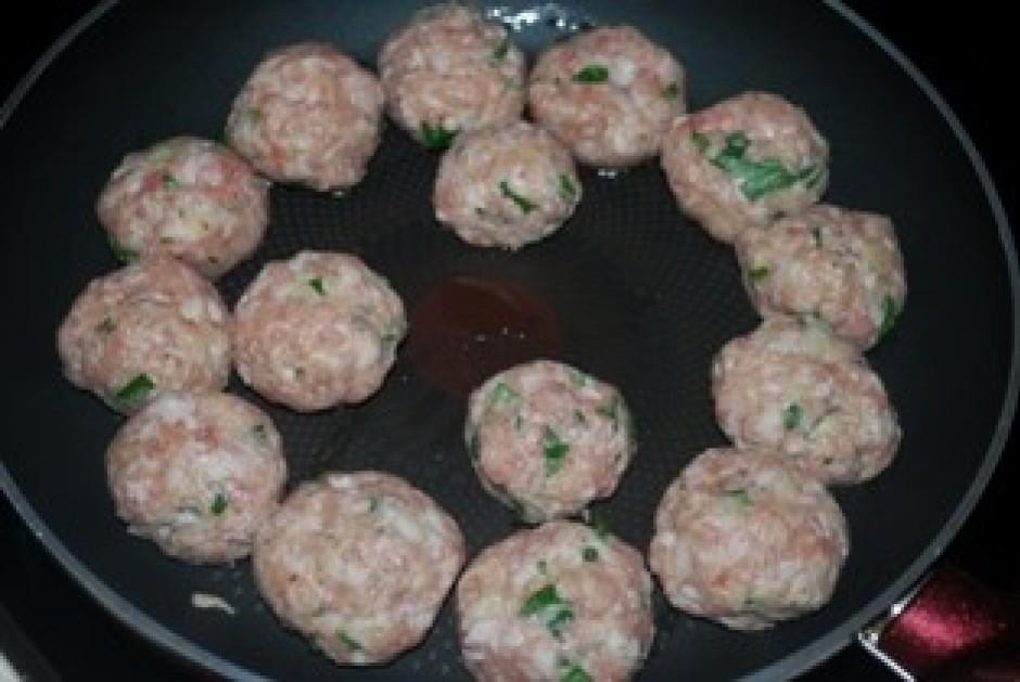 Uzkarsē pannu, pievieno nedaudz eļļas, veido no maltās gaļas...