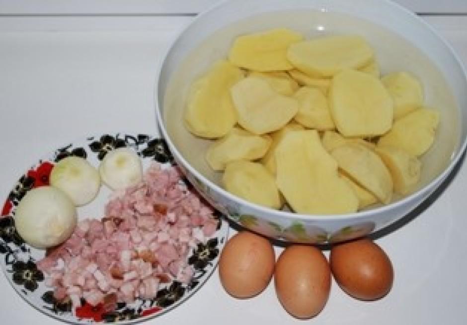 Nomizo kartupeļus, sagriež gaļiņu, nomizo sīpolus.