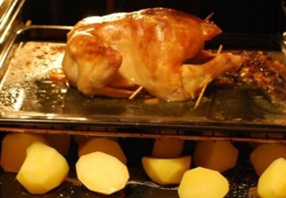 kad līdz vistas gatavībai palikusi pusstunda, liekam klāt ka...