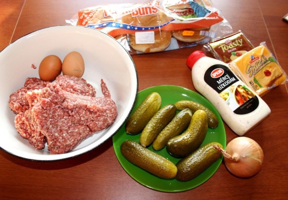 Liellopu gaļu sajauc ar olām, pipariem, sāli (var arī garšvi...
