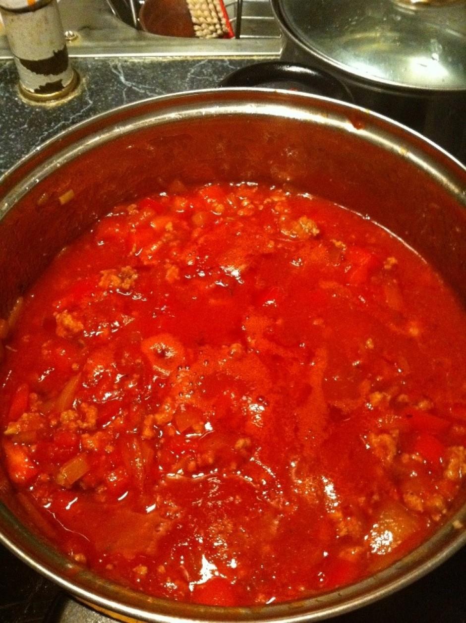 Pievieno konservētos tomātus, tomātu pastu, garšvielas pēc p...