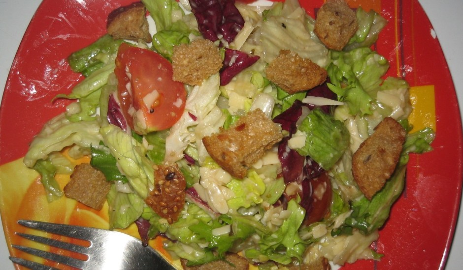 Salāti ar spilvas parmezāna siera-ķiploku mērci