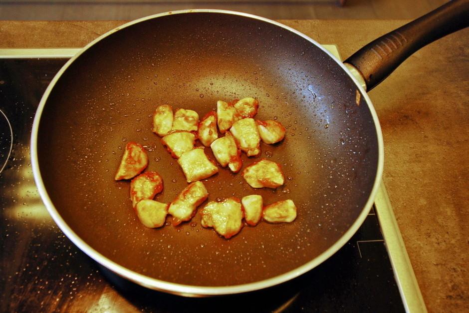 Pannā uzkarsē eļļu un maisot apcep vistu, kamēr tā kļūst zel...