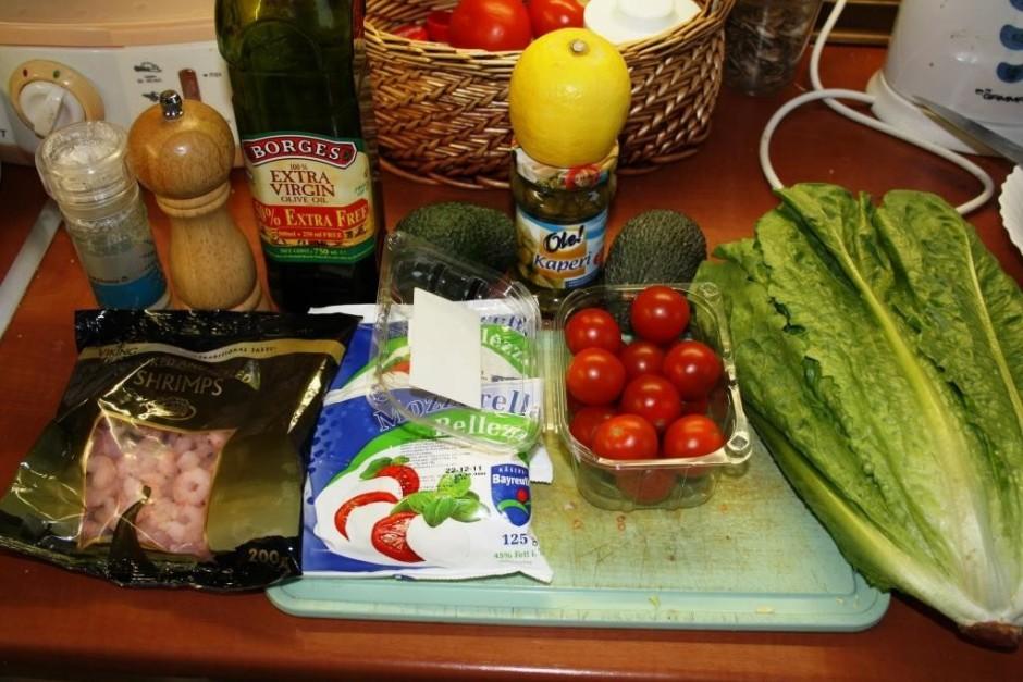 Sākumā notīra un sagriež avokado, tad ķiršu tomātus. Liek vi...