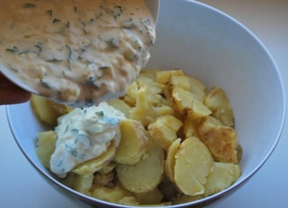 Kartupeļus sagriež ripiņās un pievieno mērci.