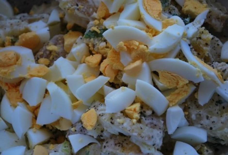 Novārītās olas sagriež mazos gabaliņos vai saspaida ar dakšu...