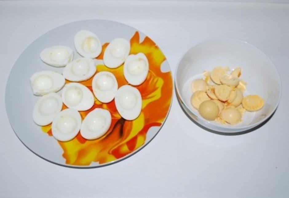 Vārītas olas noloba, pārgriež uz pusēm, atdala olu dzeltenum...