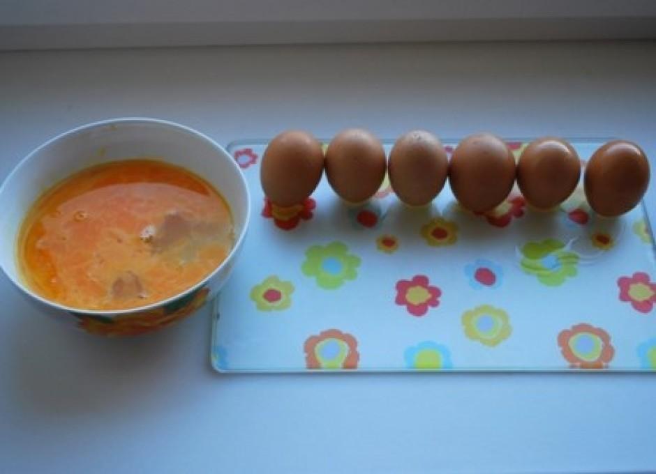 Olas nomazgā, katrai olai augšgalā izdur nelielu caurumiņu,...