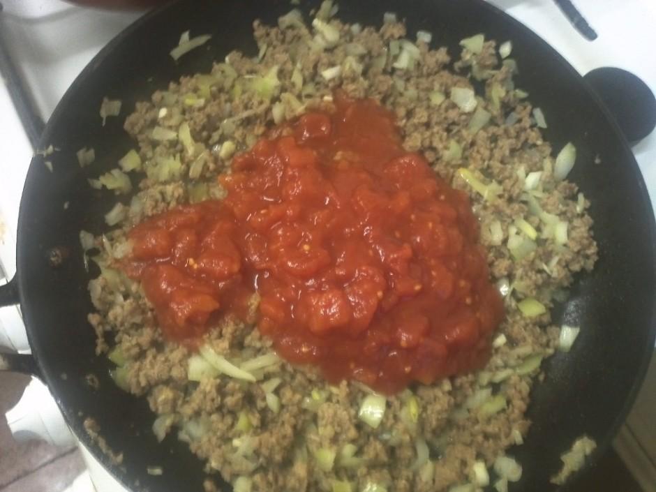 Tālāk pievieno konservētos, sagrieztos tomātus un izmaisa. P...