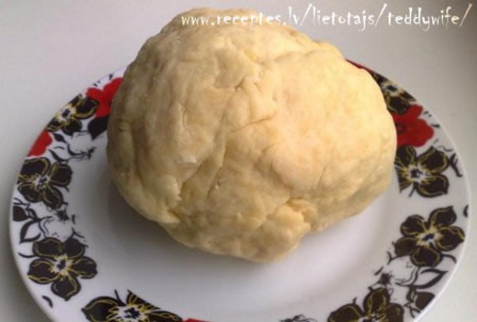 Pie miltiem un garšvielām pievieno izkausēto sviestu, samais...