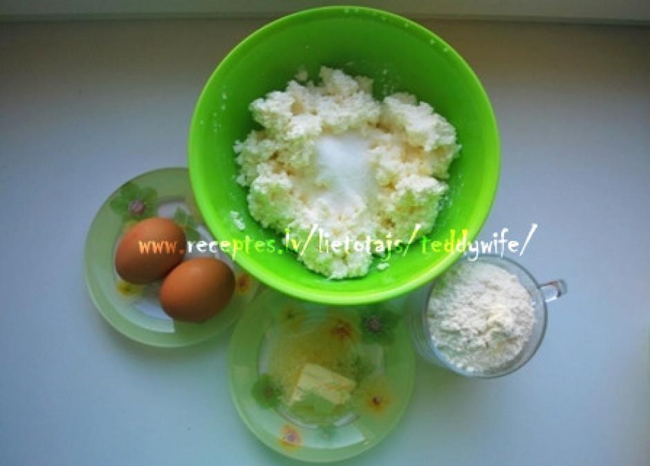 Biezpienam pievieno sāli, cukuru, labi samaisa. Sviestu izka...