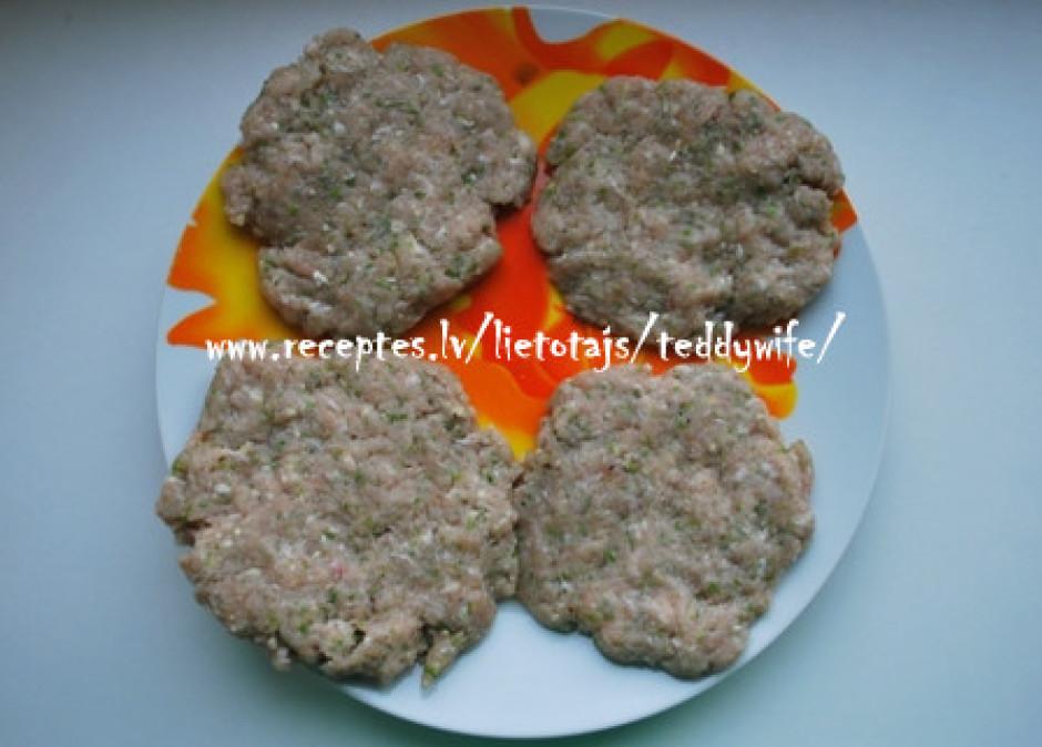 Maltās gaļas masu kārtīgi samaisa. Tagad sadala maltās gaļas...