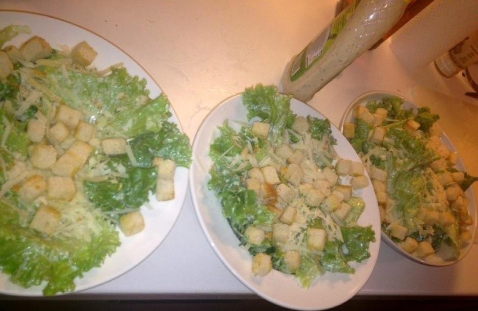 Salātus kārto šķīvjos, samaisa ar parmezāna sieru (sarīvētu...