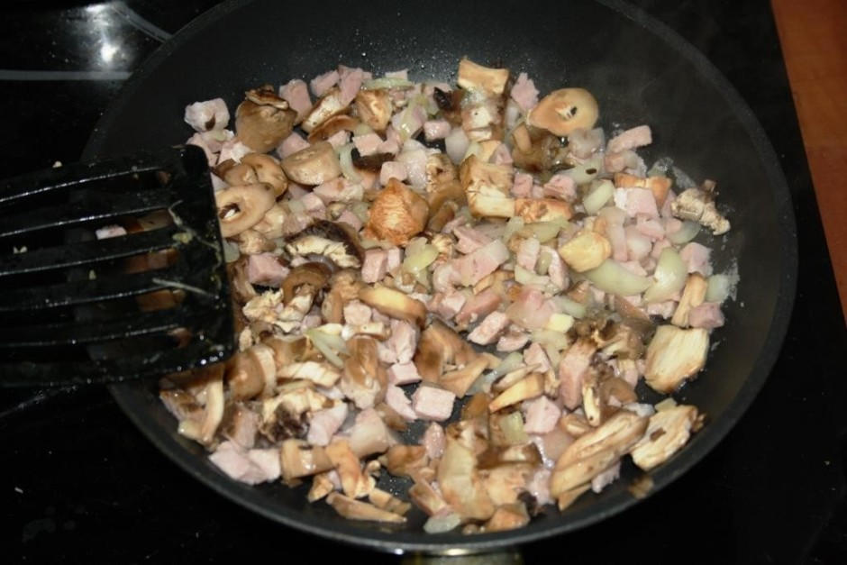 Kātiņus, gaļu un sīpolus apcep, daudz nevajag, būtībā galven...