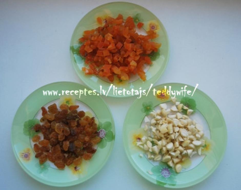 Sagriežam aprikozes, mandeles (noņemam arī miziņu), rozīnes....