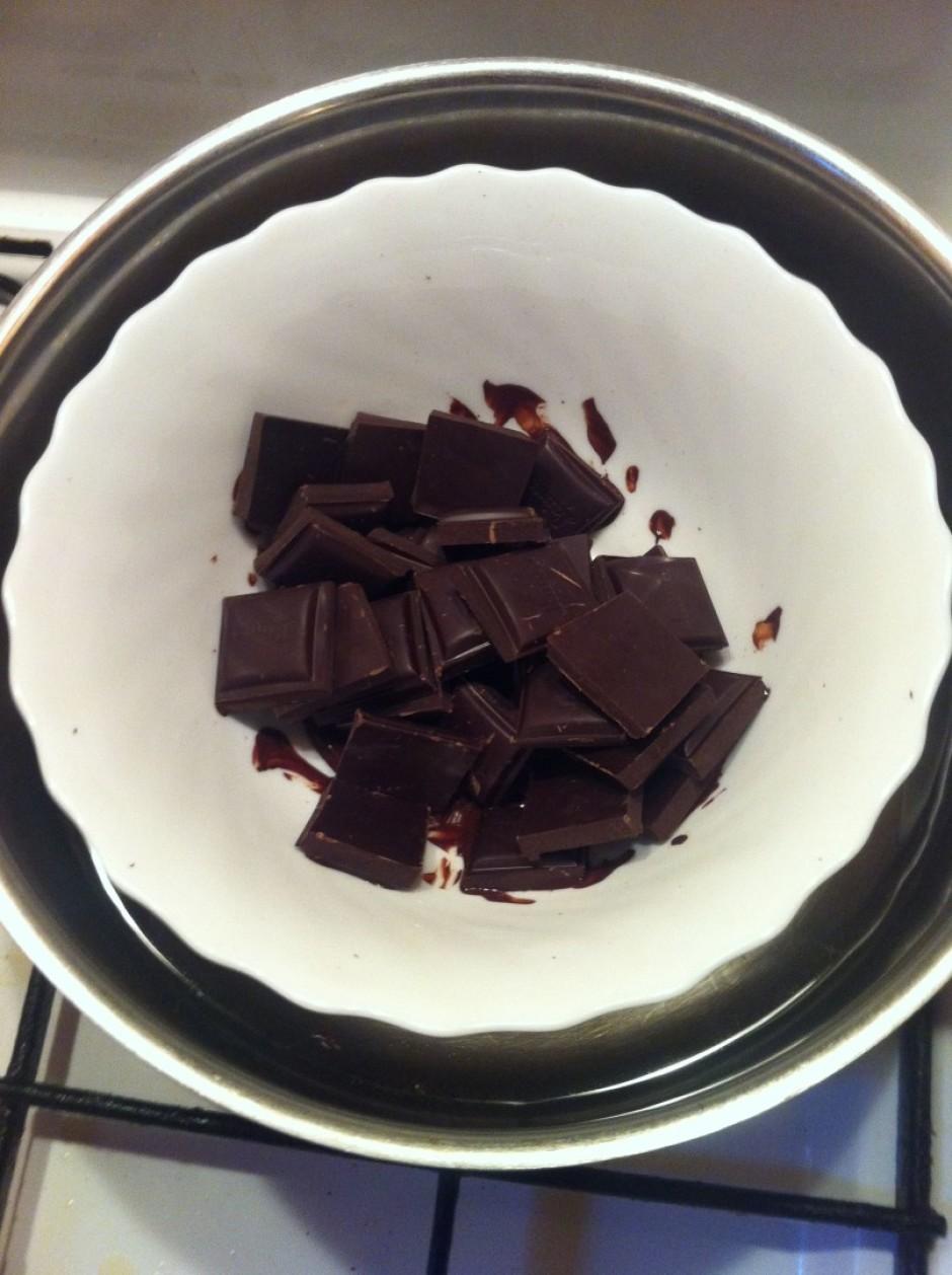 Ūdens peldē kausē šokolādi.
