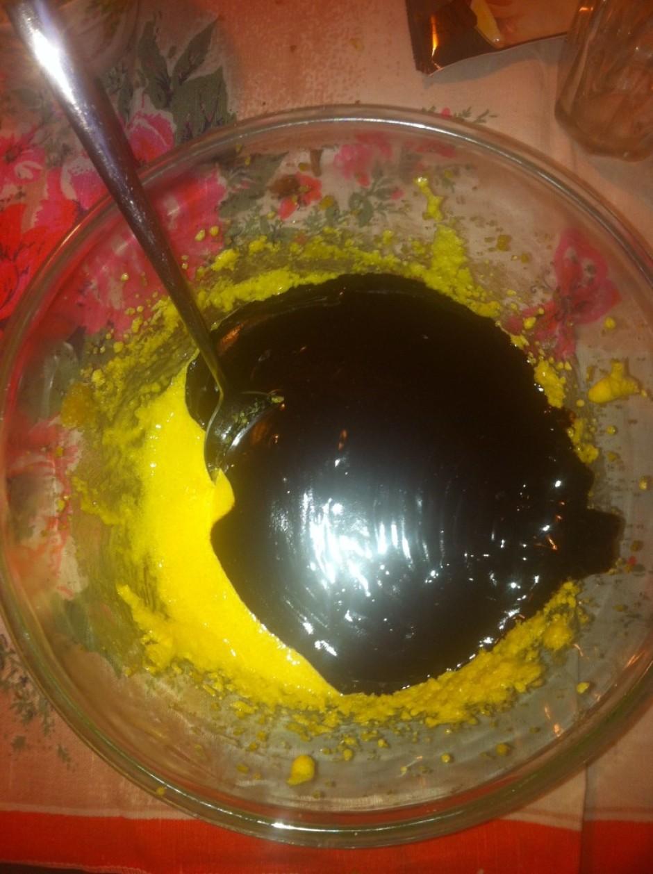 Olu dzeltenumu masu maisa ar šokolādes masu.