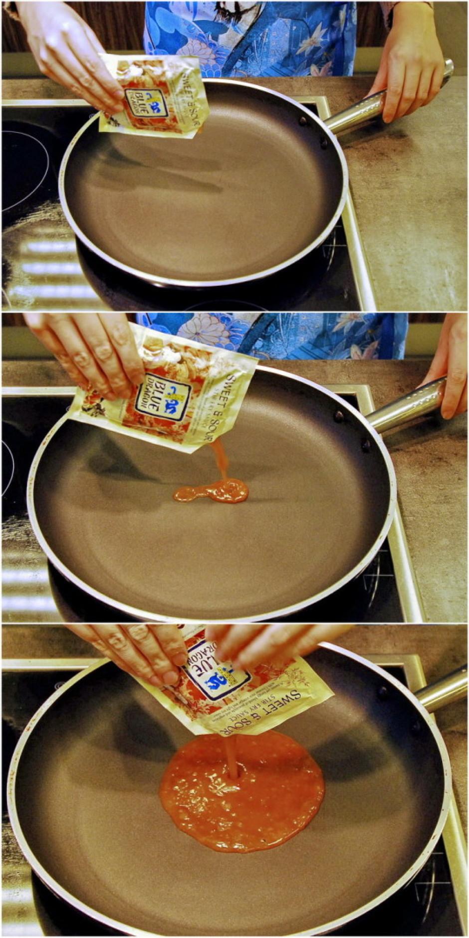 Tīrā pannā bez taukvielām ielej saldskābo mērci un viegli uz...
