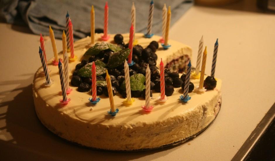 Mascarpones biskvīta siera kūka ar mellenēm un olu krēmu