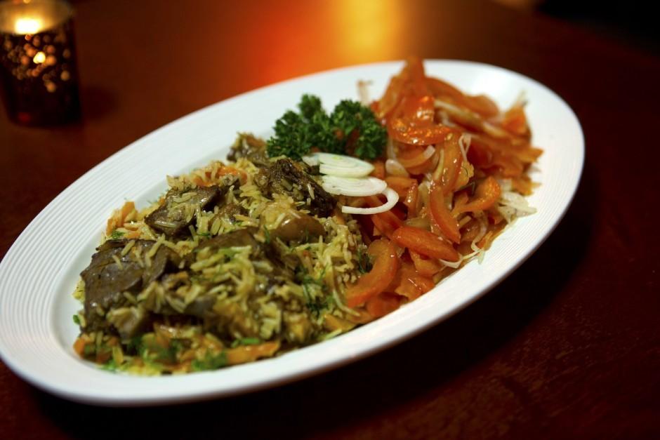 Parasti uzbeki plovu pasniedz ar tomātu-sīpolu salātiem. Tom...