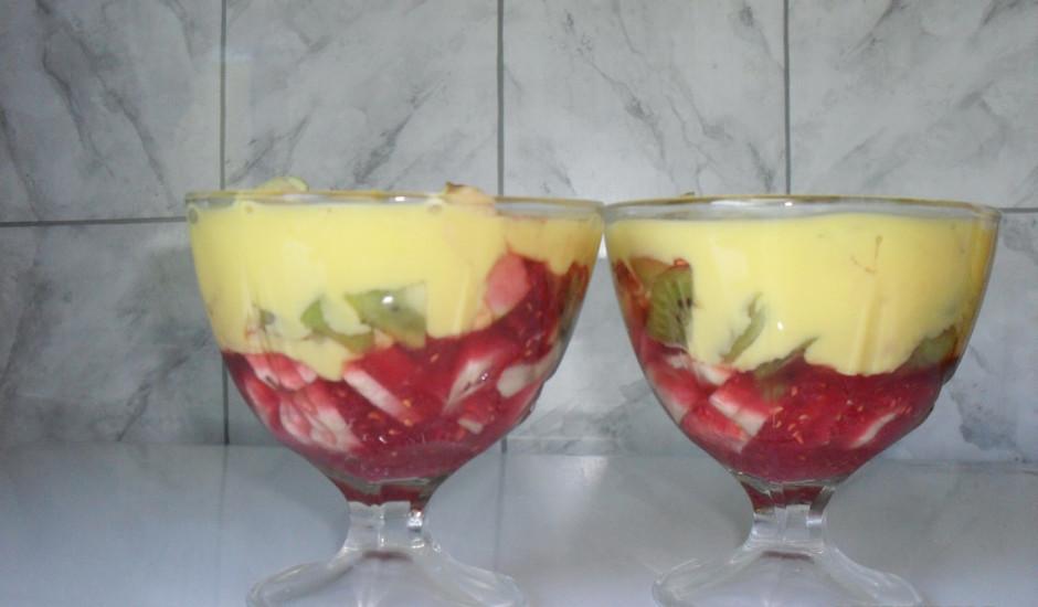 Krāsainie augļu salāti ar vaniļas mērci