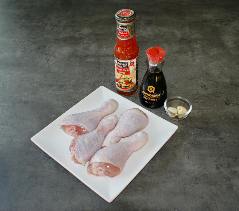 Pagatavo marinādi: samaisa kopā saldo čili merci, sojas mērc...